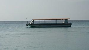 小浜島沖合で待つグラスボート